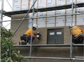 外壁の施工中